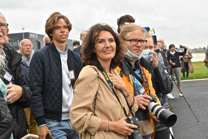 Zara Rutherford vertrok woensdagmorgen onder massale belangstelling uit Wevelgem voor haar solovlucht. Mama Beatrice De Smet