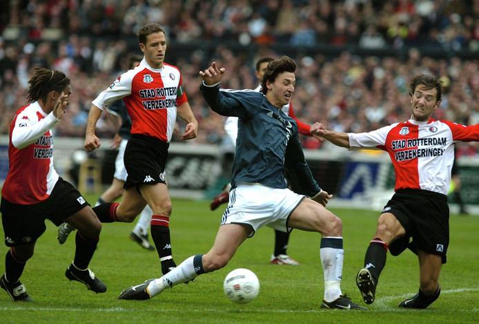 Ibrahimovic houdt in novemer 2004 vier Feyenoorders van zich af.
