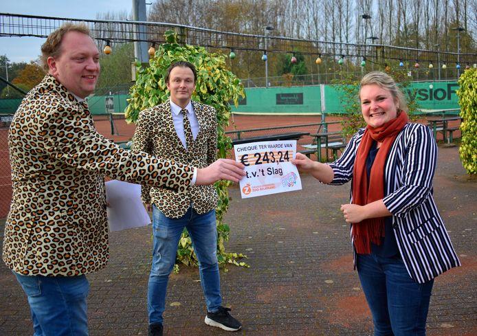 Onder meer tennisvereniging 't Slag in Zuid-Beijerland kreeg een donatie.