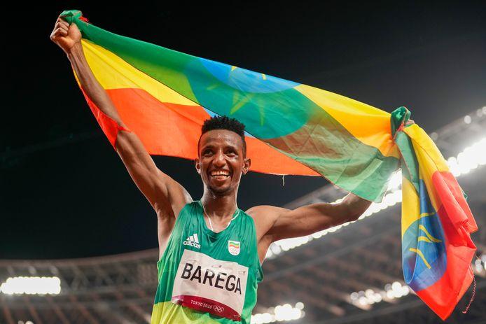 Selemon Barega viert zijn overwinning op de 10.000 meter.