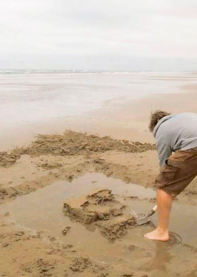 Maakbaren op het strand, Rolf Hut maakt een polder. Beeld Rolf Hut