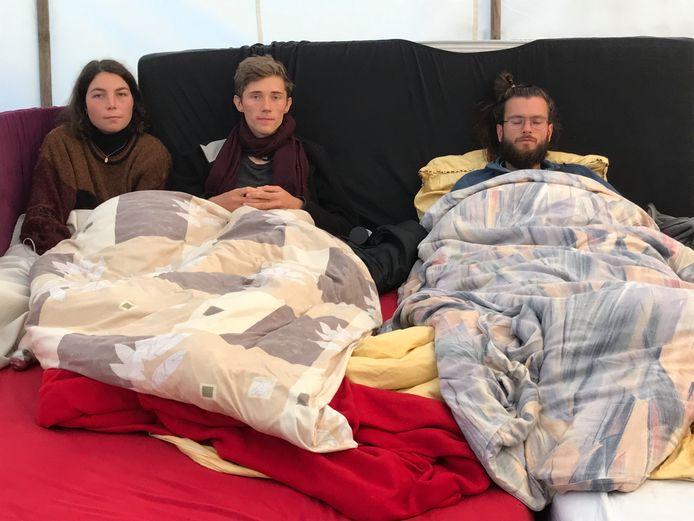 Lea Bonasera (L) donderdag met Henning Jeschke (M) en Jacob Heinze die zijn hongerstaking net had beëindigd.