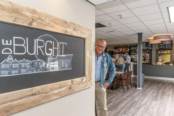 Stichtingsvoorzitter Henk Veldkamp in de vernieuwde foyer van het 25-jarige zalencomplex/sporthal De Burght