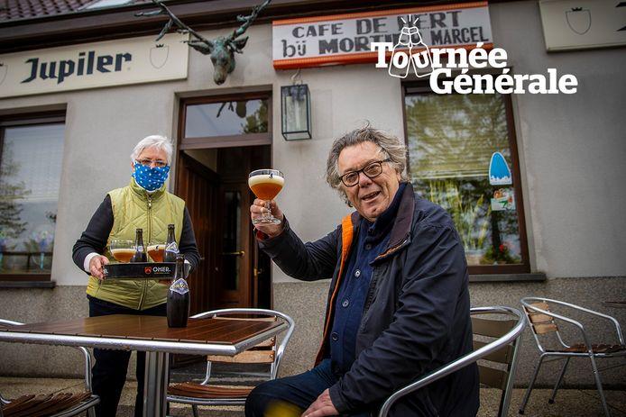 Johan Verminnen heft het glas op het terras van 'Café De Hert. Bij Mortier Marcel' in Bellem.
