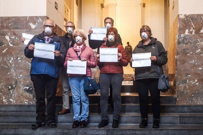 Leden van het Actiecomité Asbeststort Dicht waren in de rechtbank aanwezig met mondmaskers.