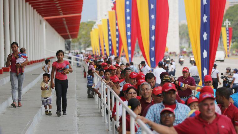 Mensen in de rij om de Venezuolaanse president Hugo Chavéz de laatste eer te bewijzen. Beeld getty