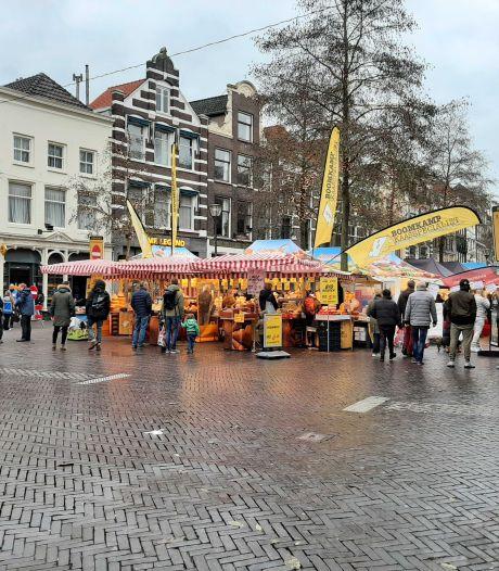 De markt lijkt in Deventer en Zwolle het uitje van de zaterdagmiddag, bijna niemand komt alleen