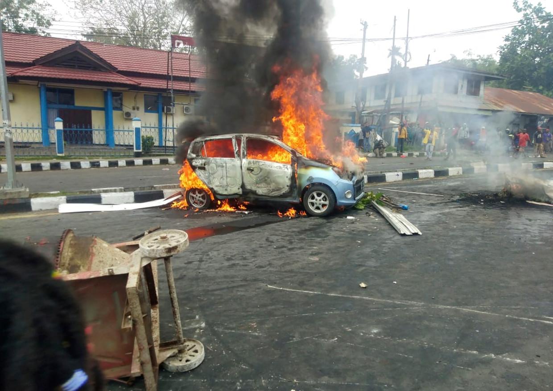 Een auto werd maandag in brand gestoken tijdens protesten in Manokwari, de hoofdstad van de provincie West-Papoea.