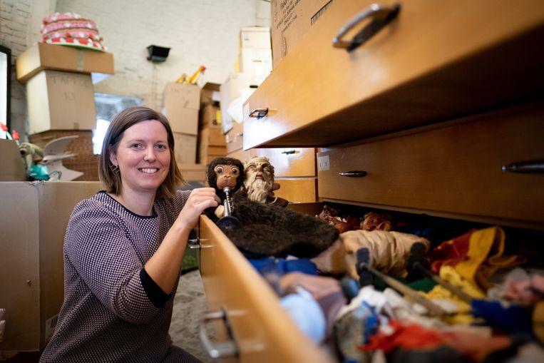 Veerle Wallebroek (CEMPER) bij enkele poppen uit de waardevolle collectie in de Brusselpoort
