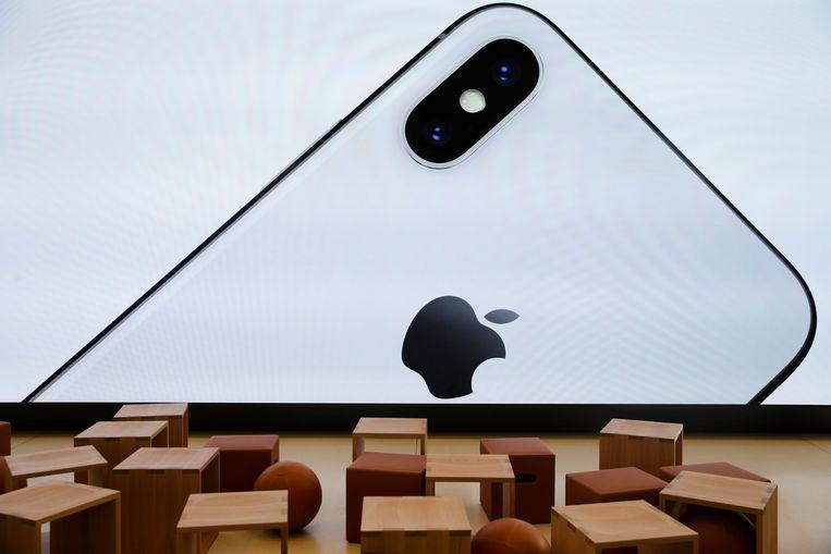 Projectie van een iPhone X in het nieuwe Apple-bezoekerscentrum in het Californische Cupertino.