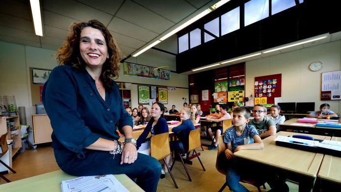 Saskia Batenburg van Alerimus in de klas van De Takkenbosse. De leerlingen kunnen volgend jaar een opa of oma adopteren.