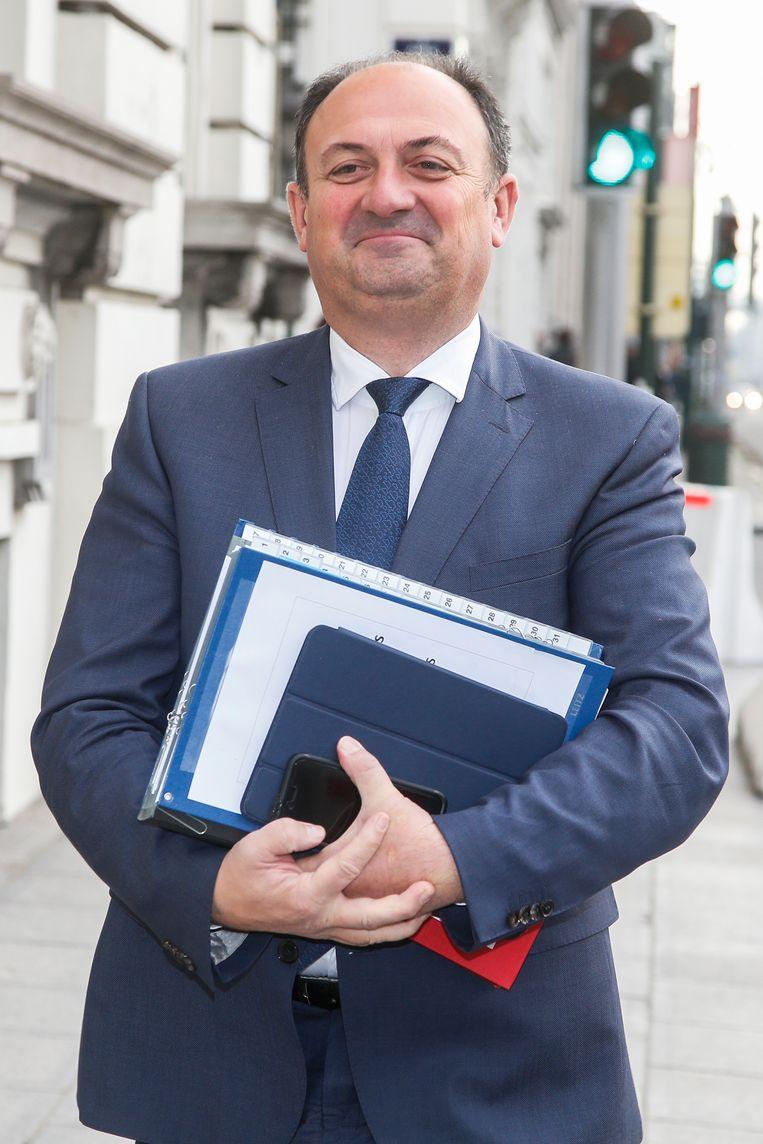 Minister van Landbouw Willy Borsus (MR) heft de laatste bijkomende preventieve maatregelen voor vogelgriep op. Beeld BELGA