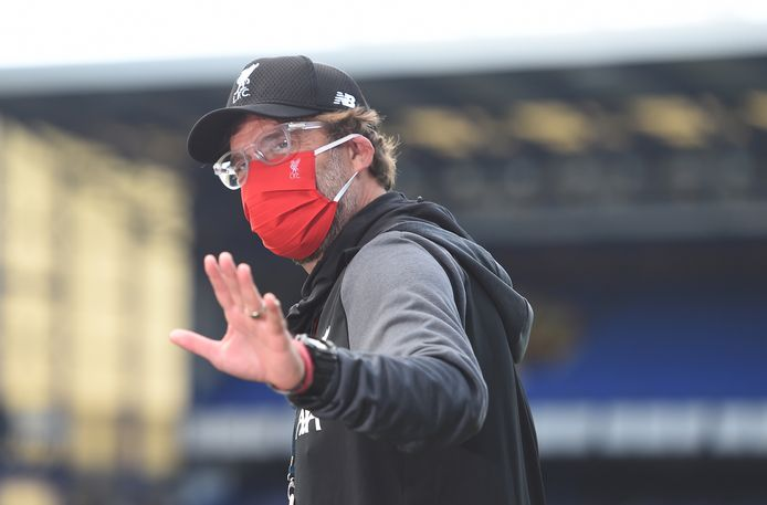 epaselect epa08500831 Liverpool's manager Jurgen Klopp wearing a protective face mask arrives for the the English Premier League soccer match between Everton FC and Liverpool FC in Liverpool, Britain, 21 June 2020.  EPA/PETER POWELL / NMC / EPA POOL EDITORIAL USE ONLY. No use with unauthorized audio, video, data, fixture lists, club/league logos or 'live' services. Online in-match use limited to 120 images, no video emulation. No use in betting, games or single club/league/player publications.