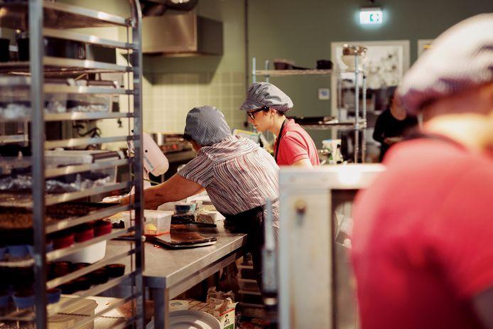 In de 'Bakery' van Coffeelicious in Dordrecht is hard gewerkt om de verwenboxen voor de medewerkers in de noodopvang klaar te krijgen.
