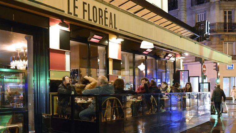 Mensen drinken wat op het terras van een bar in het 11e arrondissement in Parijs. Beeld afp