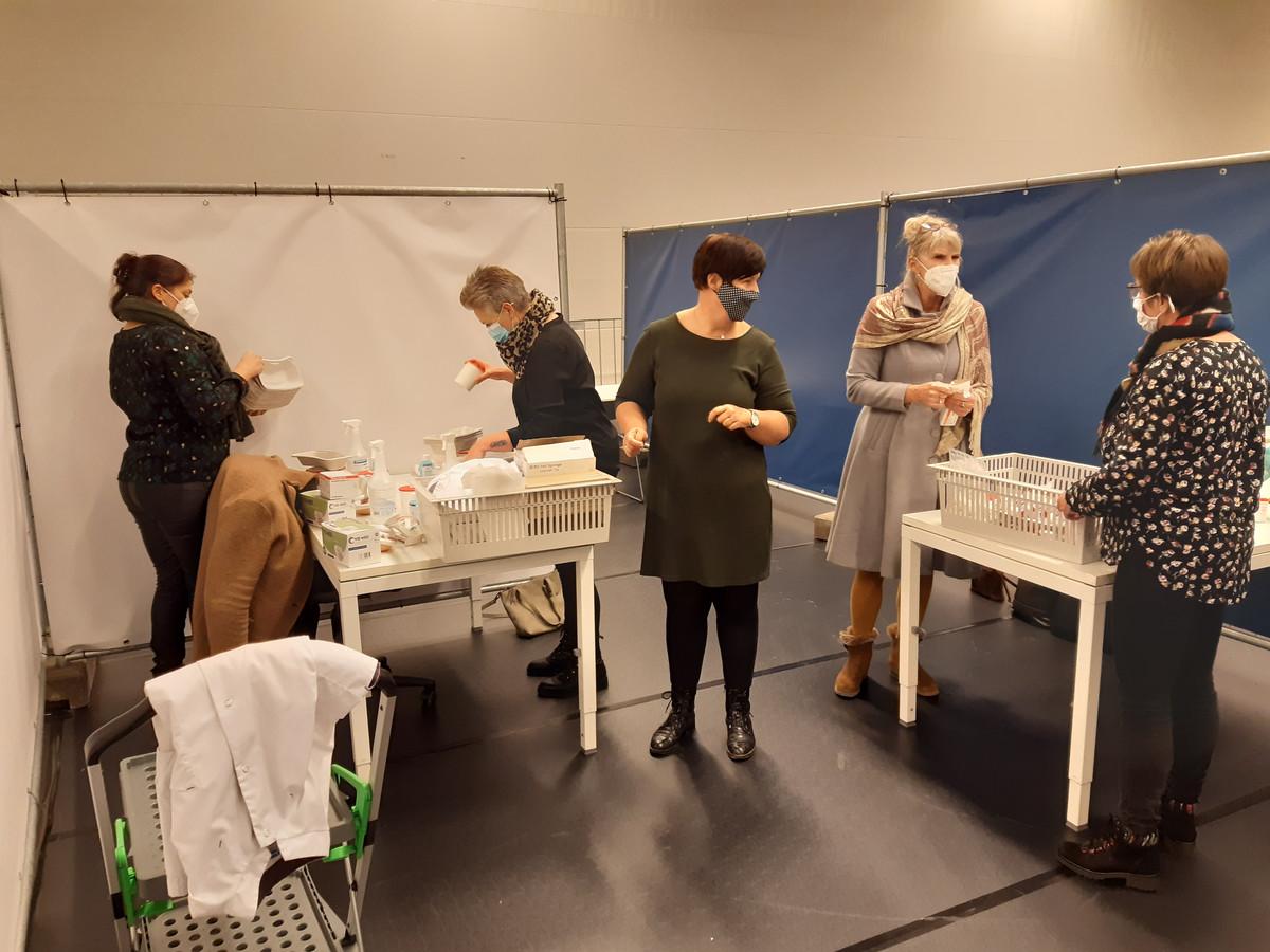 Docenten van het Da Vinci College stomen verpleegkundigen in de DeetosSnelhal in Dordrecht klaar voor het vaccineren dat vrijdag begint.