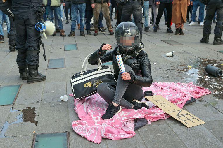 De 29-jarige 'helmvrouw' op haar roze kleedje. Beeld ANP
