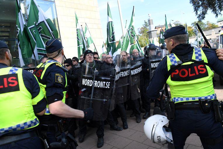 Politieagenten proberen NMR-demonstranten in toom te houden tijdens een betoging in Gothenburg in september 2017. Beeld REUTERS