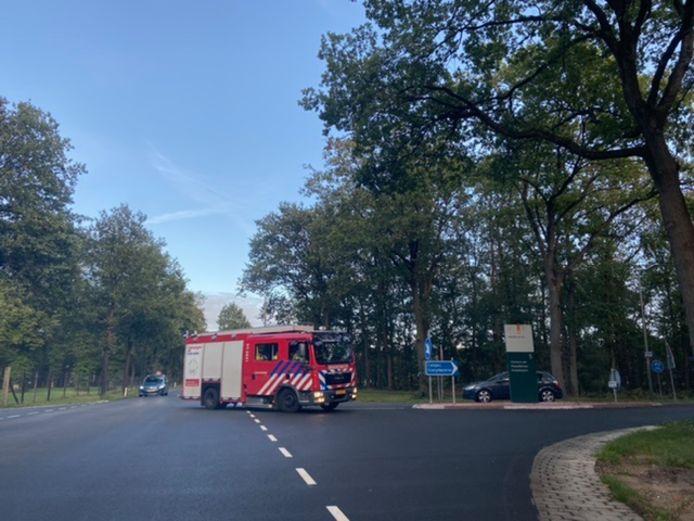 Een brandweerauto bij de Oranjekazerne in Schaarsbergen.