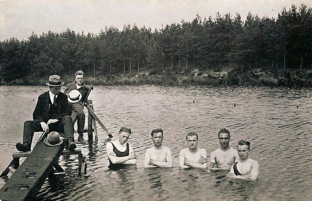 De jaren 20: een beeld van zwemmers in het Staalbergven, toen de discussie over al dan niet gemengd zwemmen volop woedde. In zekere zin werd toen de basis gelegd voor de discussie van nu. Vakantie Oisterwijk 1920
