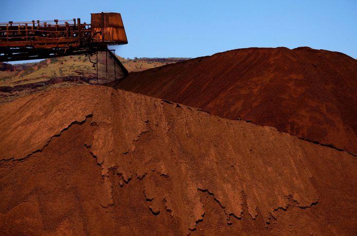 Ijzererts wordt gelost op een stapel in een mijn in de regio Pilbara in West-Australië.