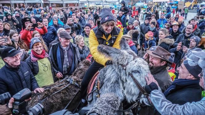 Hilarisch: Eva De Roo springt op ezel tijdens Warmste Week