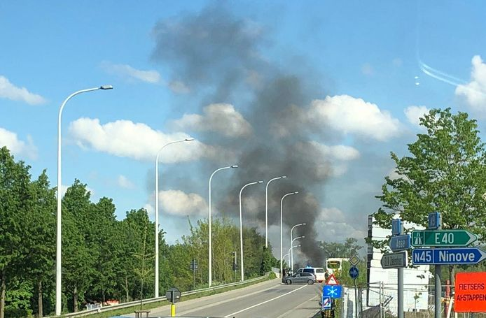 De brand zorgde voor een hevige rookpluim.