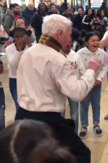 87-jarige man gooit heupen los met dansgroep: 'Muziek houdt me op de been'