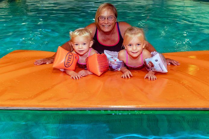 Mary van Meel met haar kleinkinderen Jana (2, links) & Lina (4, rechts) in het zwembad. Ze stopt na 50 jaar met het geven van zwemles en verkoopt haar sportschool Energy. Ze wil meer tijd met haar kleinkinderen doorbrengen.