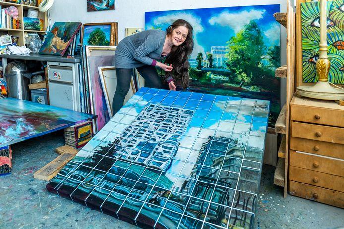Kunstenares Sophia Anastasia in haar atelier in de Vlampijpstraat.