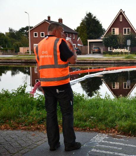 Kanaal Almelo-De Haandrik is weer olievrij, maar veroorzaker lastig te vinden: 'Kan ongeluk zijn'