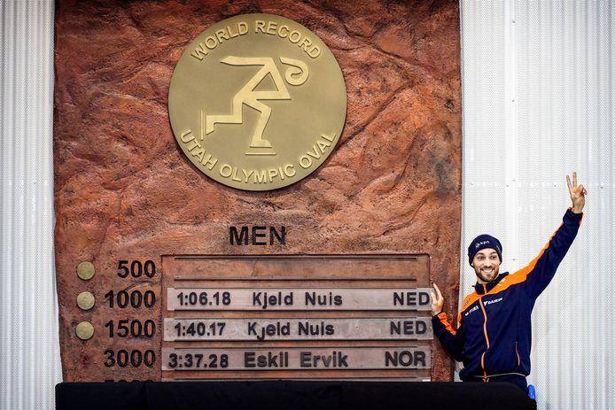 Kjeld Nuis naast zijn wereldrecords in de Utah Olympic Oval.