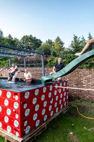 Een zwembad van bierkratten, mét een glijbaan: elf vrienden maakten het gewoon