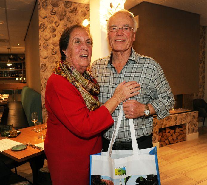"""Het Duitse echtpaar Theo en Maria Engels gaat al vijftig jaar alleen op vakantie naar Zoutelande. ,,Het is hier goed."""""""
