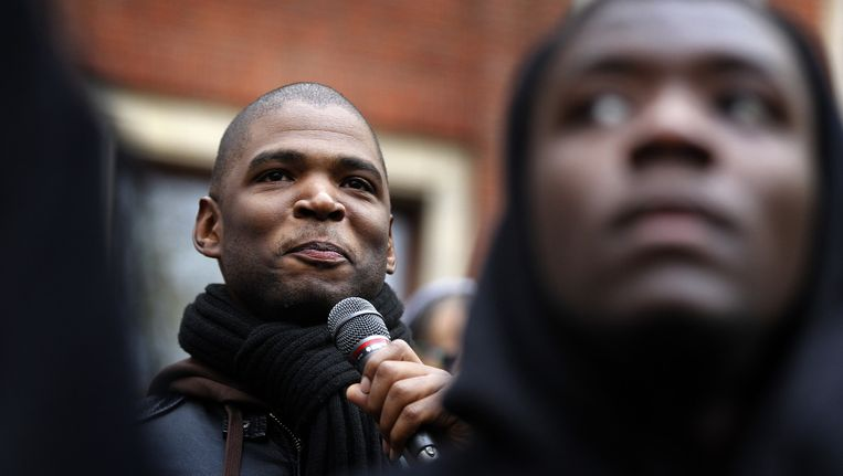 Initiatiefnemer Quinsy Gario spreekt tijdens het protest van comite Zwarte Piet Niet op het Beursplein. Beeld anp