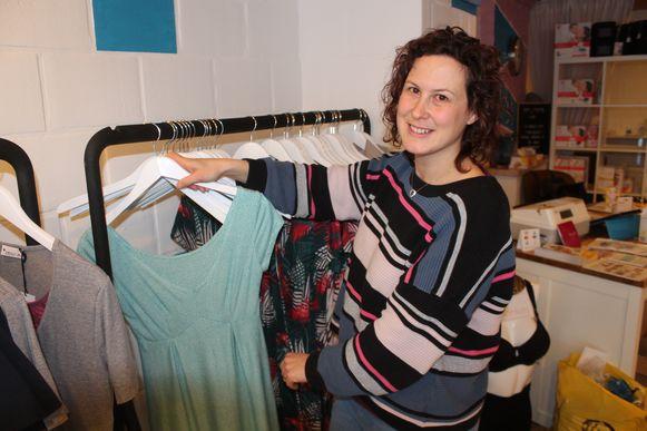 Els Saerens met een van de borstvoedingskleedjes in haar handen. Ze opent morgen de deuren van Boobs & Blankets.