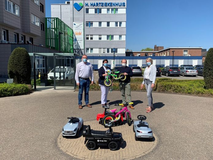 Het Molse ziekenhuispersoneel neemt de schenking van Group VDH in ontvangst