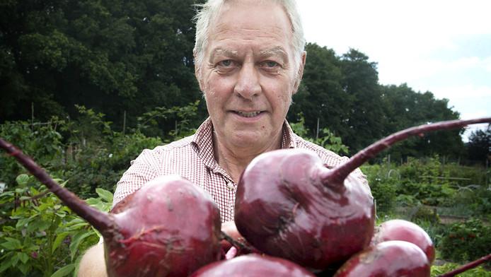 Eibert Karssen oogst met liefde bieten voor de voedselbank.