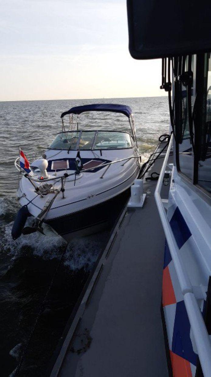 Het motorjacht dat eerder deze week werd gestolen in Wanneperveen is vanmorgen door de waterpolitie bij de Oranjesluis in het IJsselmeer in Amsterdam aangetroffen. Er is een verdachte aangehouden.