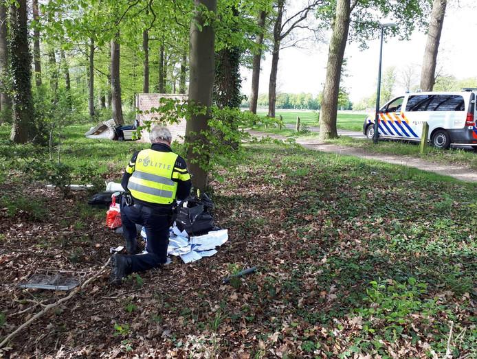 De politie op locatie in Winterswijk, waar veel afval is gedumpt.