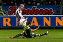 Elmo Lieftink krijgt te maken met een sliding van PSV-verdediger Daniel Schwaab.