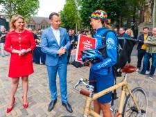 Fietskoerier met bidbook blijkt vriendin van wethouder Van Hooijdonk: 'Niet zo handig'