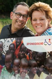Bertina en Rafael helpen met Stichting Sponsorkind Gambia: 'Voor 127 kinderen wordt schoolgeld gesponsord'