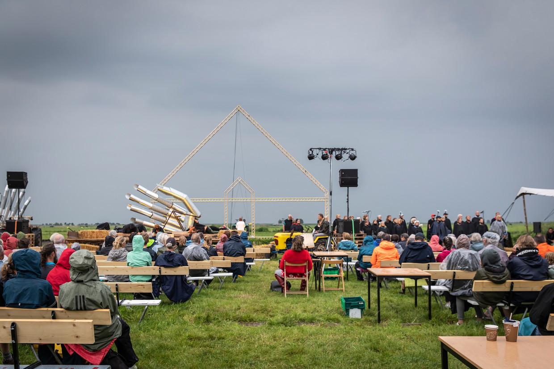 Toeschouwers trotseren de regen bij de première van De Stolp in Ransdorp. Toch moest de voorstelling na enige tijd worden afgeblazen. Beeld Dingena Mol