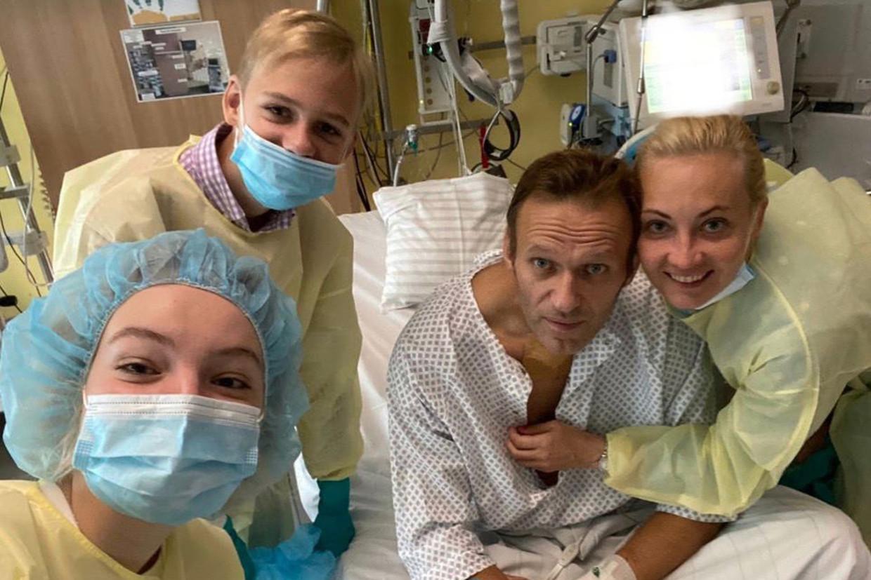 De Russische oppositieleider Alexej Navalny, poserend met familie in een ziekenhuis in Berlijn, nadat hij ternauwernood een vergiftiging heeft overleefd.  Beeld AFP