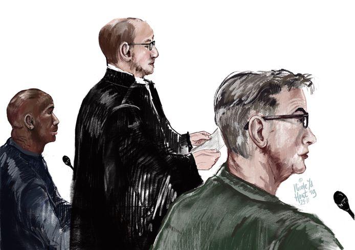 De verdachten en hun advocaat van de in scene gezette overval in Rozendaal tijdens de zitting bij de rechtbank in 2019. Links de verdachte uit Rotterdam.