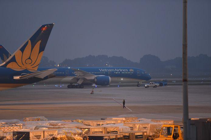 Een vliegtuig van Vietnam Airlines met daarin de lichamen van zestien migranten die vorige maand dood werden aangetroffen in een container in Groot-Brittannië, taxiet op de luchthaven van Hanoi.