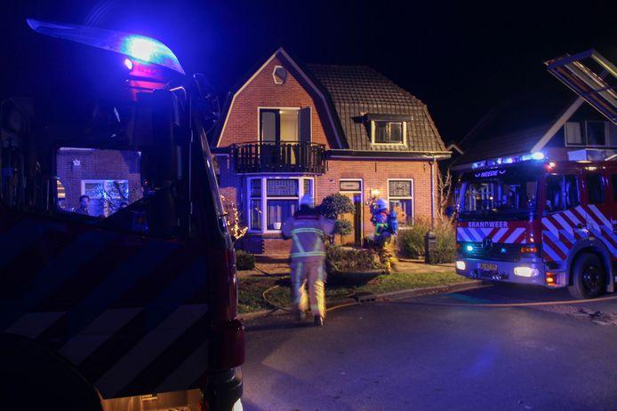 Brandweer in actie bij de schoorsteenbrand aan de Kempersdijk in Neede.