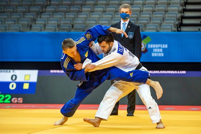 Tornike Tsjakadoea (rechts) in duel met Oekraïner Artem Lesiuk.