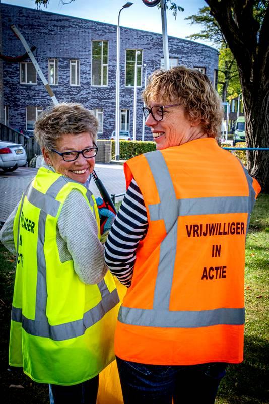 Carin van Voorst (links) en Ans Bruurs houden met tien andere wijkbewoners Heikant/Quirijnstok schoon én ze geven voorlichting over afval opruimen bij acht basisscholen in Noord.